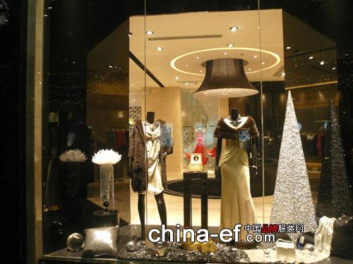 店铺形象上,黑色大理石外墙,开放式的大落地玻璃橱窗,富