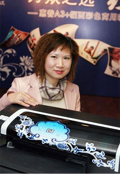 访服装设计师尤珈--青花瓷系列奥运颁奖礼服设计者